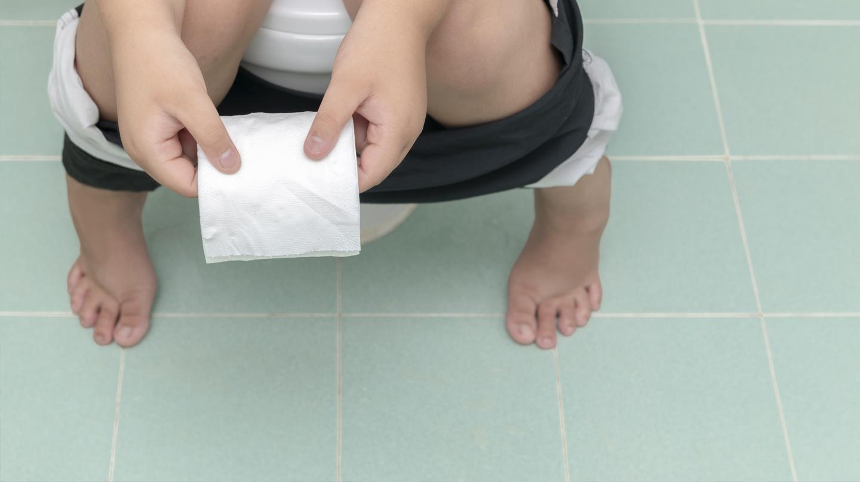 Durchfall bei Kindern ist keine Seltenheit: Kind sitzt auf der Toilette.